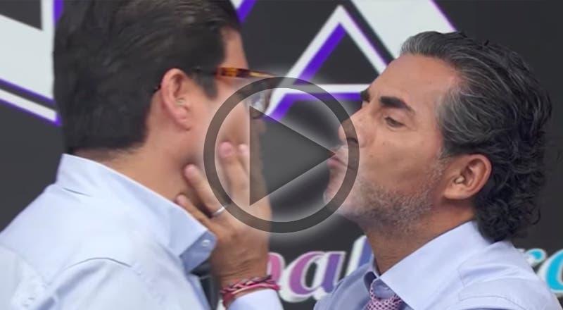 """Raúl Araiza y """"El Burro"""" se dan un beso en vivo"""