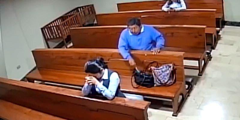 Video: Hombre roba celular en una iglesia y se persigna antes de huir