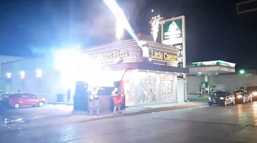 pizzería con fuegos artificiales