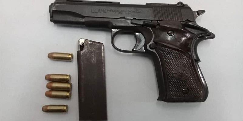 Detienen a sujeto tras asaltar a mujer en Playa del Carmen; al delincuente le fue decomisada un arma de fuego de grueso calibre. Se desplazaba en una moto.