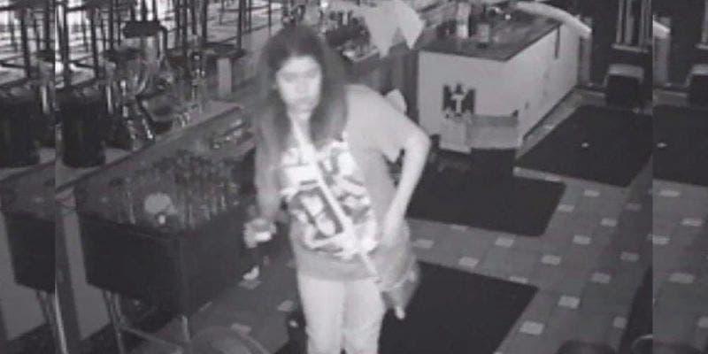 Empleados olvidan a mujer en un bar y ella aprovecha para seguir bebiendo