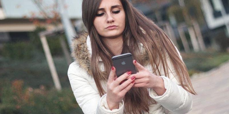 Estudio revela que entre menos mensajes te envíe tu pareja, más te ama