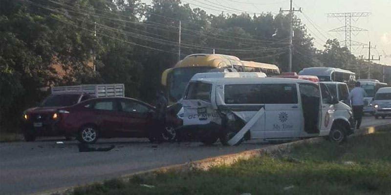Dos lesionados en aparatoso choque carretero.