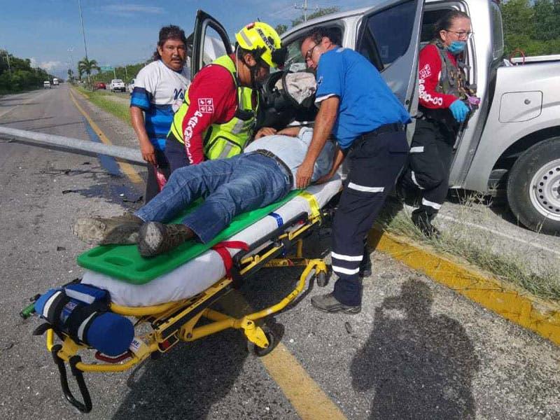 Fuerte accidente en la carretera Playa-Tulum; la camioneta en la que viajaba un grupo de trabajadores chocó contra un poste en el camellón.