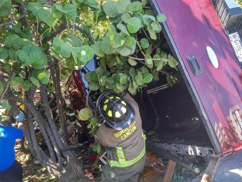 Terminó volcado entre el manglar en la Zona Hotelera; conductor de una camioneta y su acompañante resultaron lesionados en el aparatoso accidente.