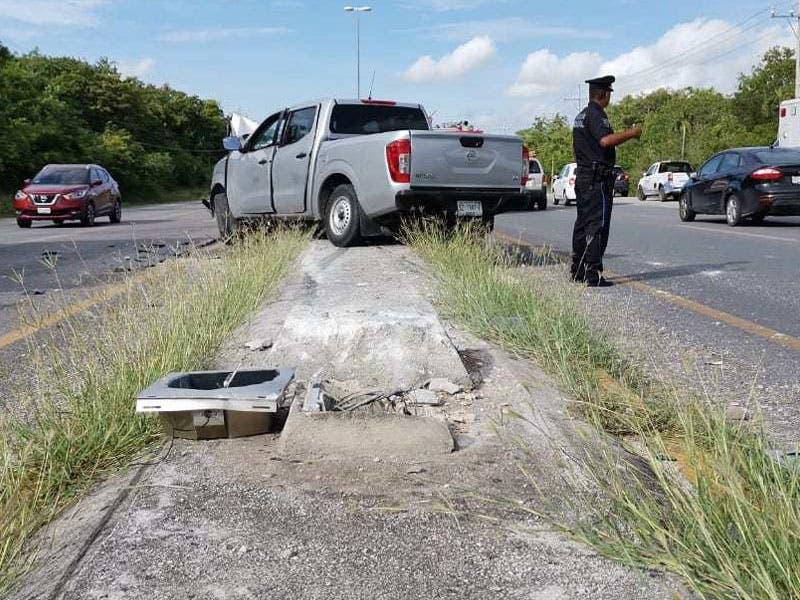La camioneta se montó en el camellón central de la carretera, en la que recorrió varios metros antes de estrellarse contra un poste de alumbrado público.