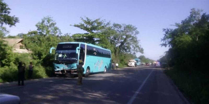 Cuatro lesionados al chocar autobús contra una camioneta.