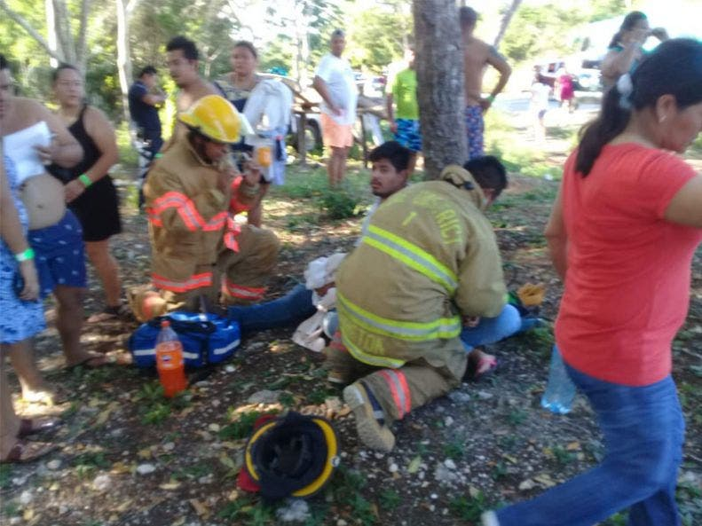 Cuatro lesionados al chocar autobús contra una camioneta; el accidente se registró la tarde del domingo en la carretera estatal Tulum-Cobá.