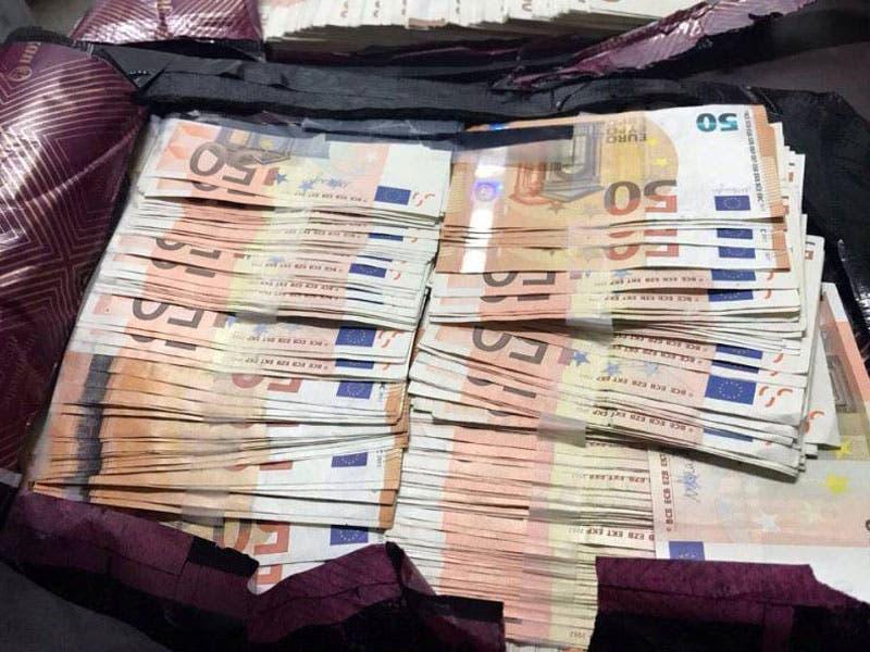 El SAT decomisa 40 mil euros en la Aduana del Aeropuerto de Cancún; el dinero se encontraba en los compartimientos de una maleta sin etiqueta de reclamo.