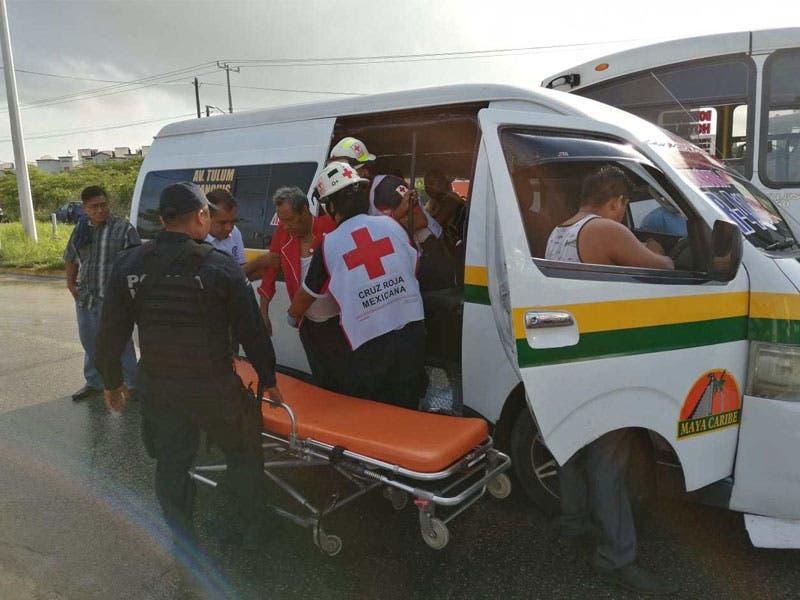 Lesionados 10 pasajeros en carambola en la región 259; dos unidades del servicio público se vieron involucrados por la imprudencia de un chofer.