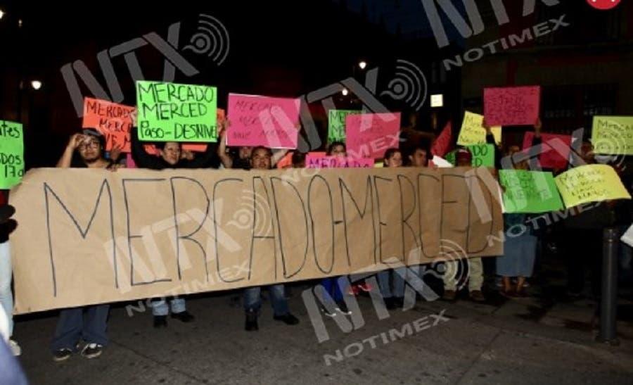 Comerciantes de la Central de Abastos bloquearon los accesos a Palacio Nacional.