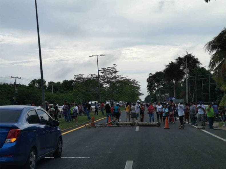 Levantan bloqueo de la carretera federal a la entrada de Chetumal; delegado federal informa a los vecinos que el SAT no les embargará sus propiedades.