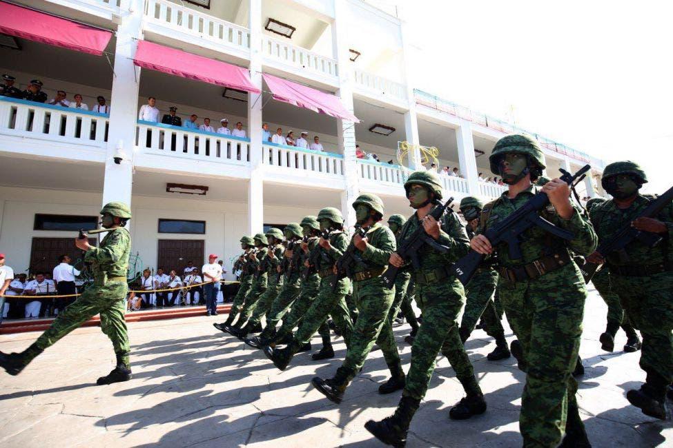 Desfilaron estudiantes y corporaciones como el Ejército Mexicano, la Marina Armada de México, la Policía Federal, la Policía Estatal y la Policía Municipal