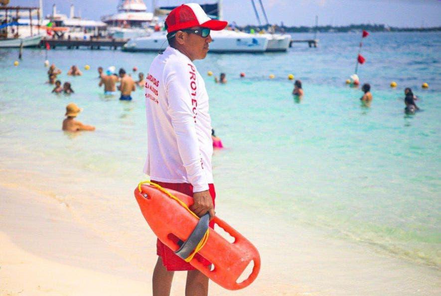 Guardavidas mantienen vigiladas las playas de Isla Mujeres