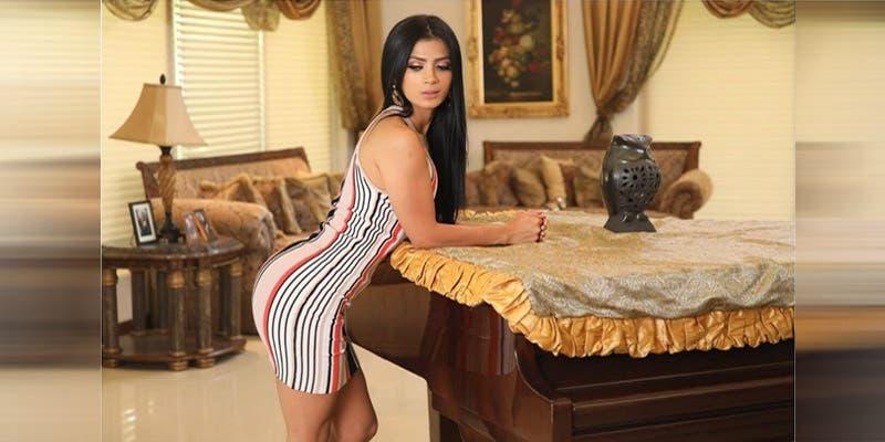 Kimberly Flores se pasea con bolso caro y no le quita la etiqueta ¡Qué oso!