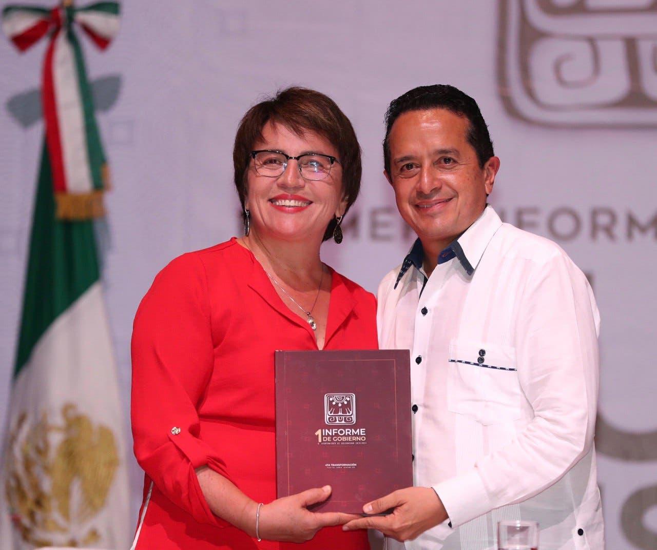 Laura Beristain entregó a Carlos Joaquín el documento que integra su informe.