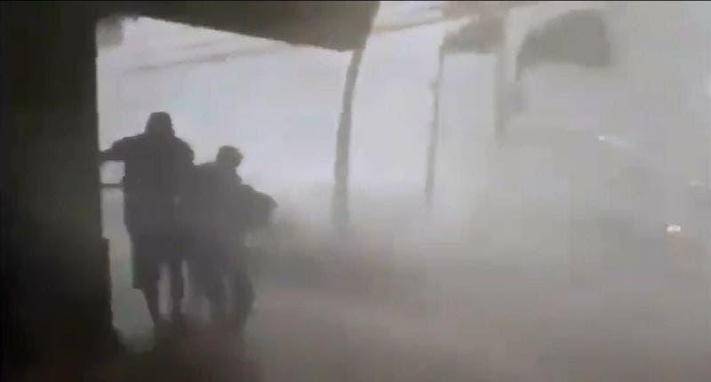 """Sufre Colima arribo de huracán """"Lorena"""", toca tierra en Jalisco: Vídeo"""