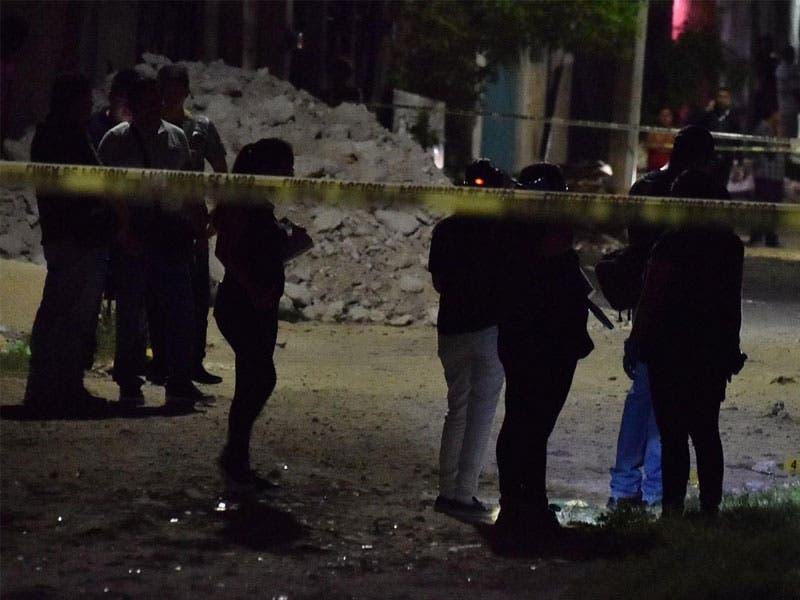 Testigos informaron que una mujer de aproximadamente 50 años de edad había atendido a los presuntos asesinos, quienes pedían una dirección.