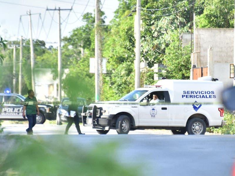 Hallan decapitado a policía desaparecido en Cancún; el cuerpo encobijado fue abandonado en una camino de la Supermanzana 314 a la altura de Long Island.