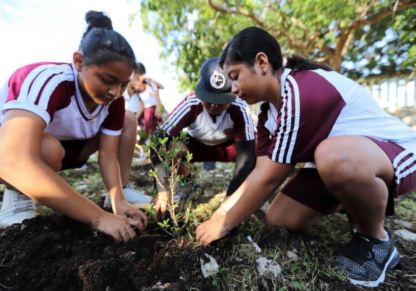 """Como parte de la concientización hacia las nuevas generaciones se realiza jornada de reforestación en la Telesecundaria """"Ramón Bravo Prieto"""", que se suma a otras que se han efectuado en este año"""