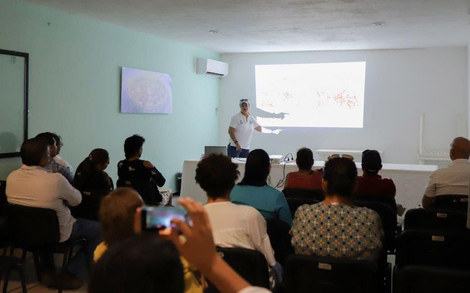 Imparten pláticas y asesorías a ciudadanos para que hagan uso de la infraestructura sanitaria en el primer cuadro del destino