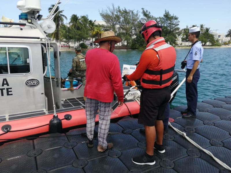 Rescata la Marina a tripulantes de una embarcación; debido a una falla en el motor quedaron a la deriva a aproximadamente a 2.8 kilómetros de Punta Sur.