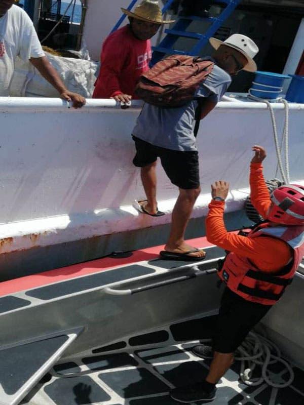 Una vez que arribaron a puerto seguro, los tres tripulantes fueron recibidos por personal de Sanidad Naval.