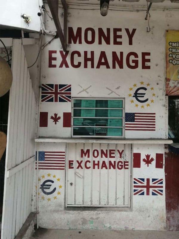 Roban un millón de pesos en casa de cambio en Tulum; de acuerdo con cámaras de vigilancia, fueron dos los delincuentes que ingresaron al negocio.