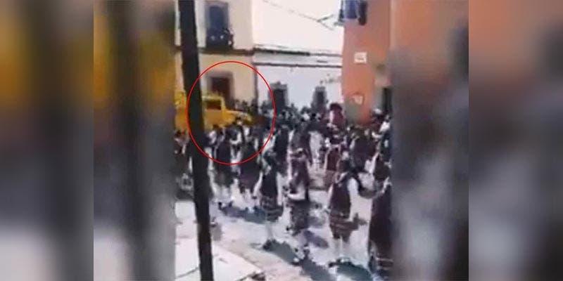 Camioneta arrolla a personas que desfilaban en Malinalco (Video)