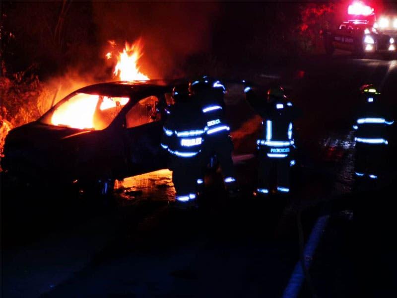 Sufre taxista graves quemaduras a bordo de su unidad; transitaba por la carretera Tulum-Cobá cuando del cofre comenzaron a brotar las llamas.