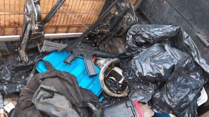 Armas largas encontradas en la camioneta decomisada.