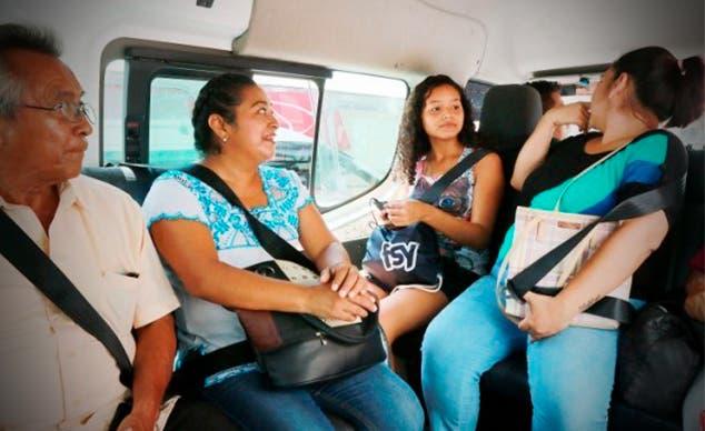 Conductor de combi implementa el uso del cinturón de seguridad