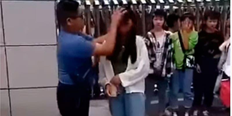 Video: Profesor desmaquilla a sus alumnas antes de entrar a clase