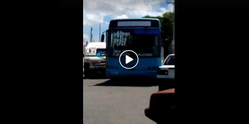 VÍDEO: Taxista se agarra a golpes contra chofer de la Ruta 18 en Cancún