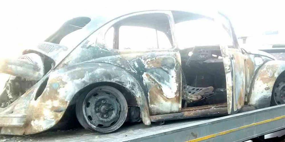 Cortocircuito se apodera de automóvil en carretera