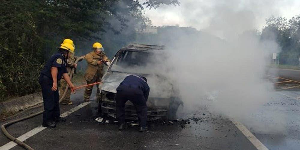 Hombre se salva de morir calcinado en su vehículo