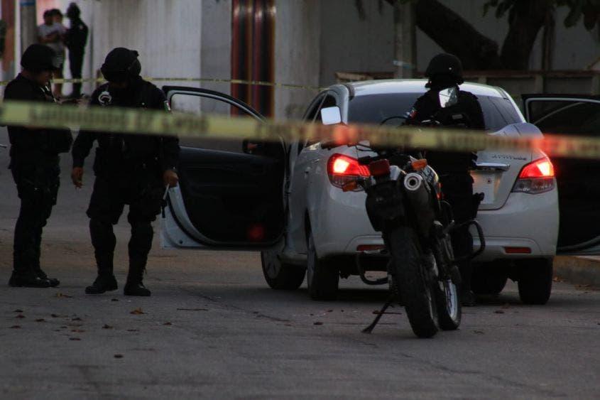 Ejecutan a hombre tras dejar a su hijo en una escuela de Cancún; los sicarios llegaron en moto para privarlo de la vida a balazos.