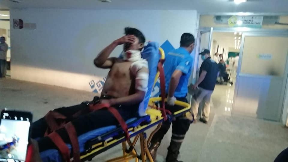 Detienen a dos sicarios tras ejecución en la Colosio de Playa del Carmen; la víctima fue atacada desde una motocicleta; herida una pareja.