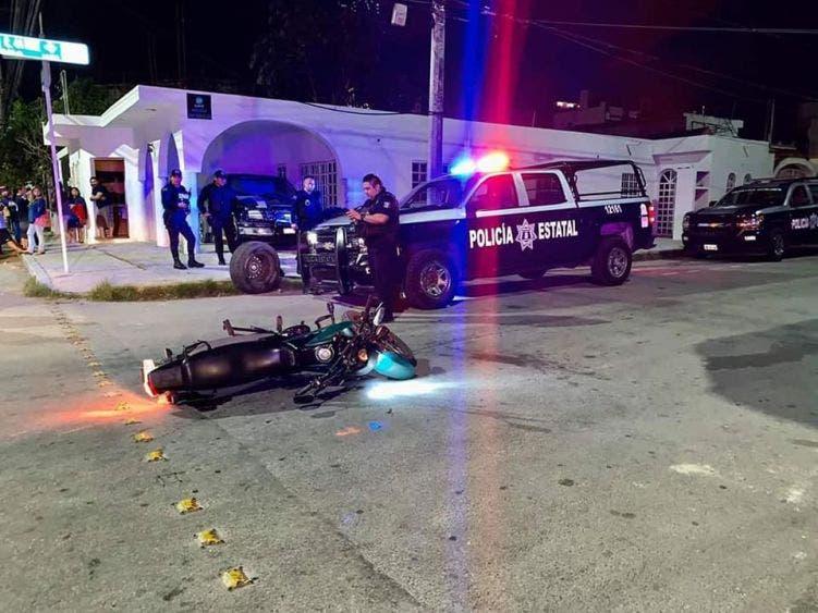 Los pistoleros dejaron abandonada su motocicleta y trataron de escapar, escondiéndose en un edificio en construcción.