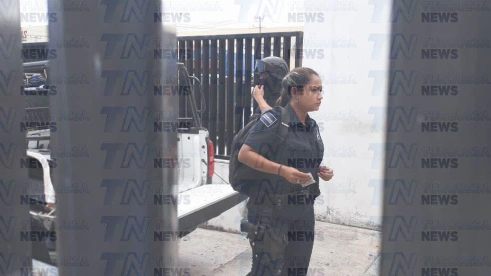 Dos de los policías que golpearon al joven.