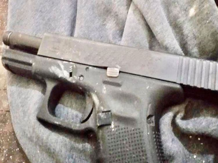 Policías les decomisaron un arma 9 milimetros.