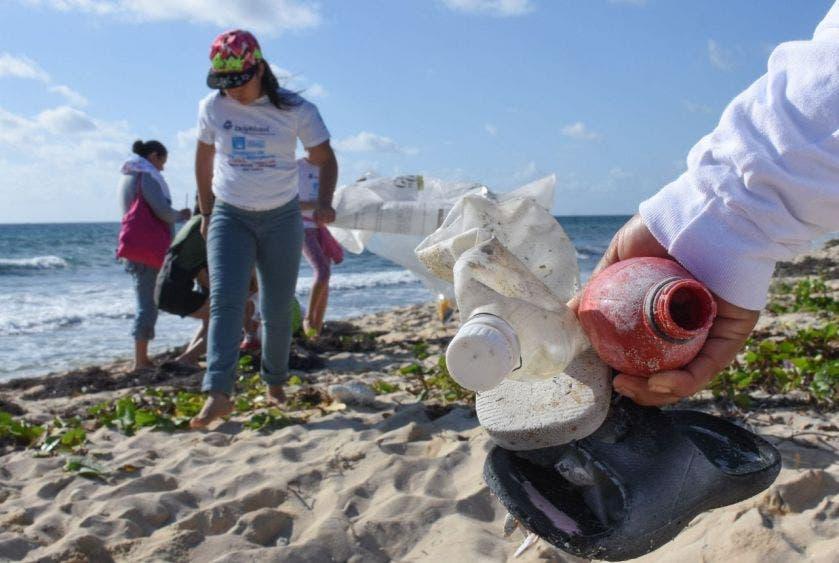 Este domingo se limpió la playa de Punta Brava con la colaboración de organizaciones e instituciones privadas, estudiantes y ciudadanos en general; el sábado se efectuaron dos jornadas de Reciclaton
