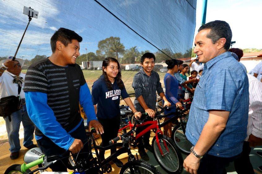 Planteamientos con resultados, como lo demuestra la entrega de bicicletas para que estudiantes de comunidades apartadas sigan su educación