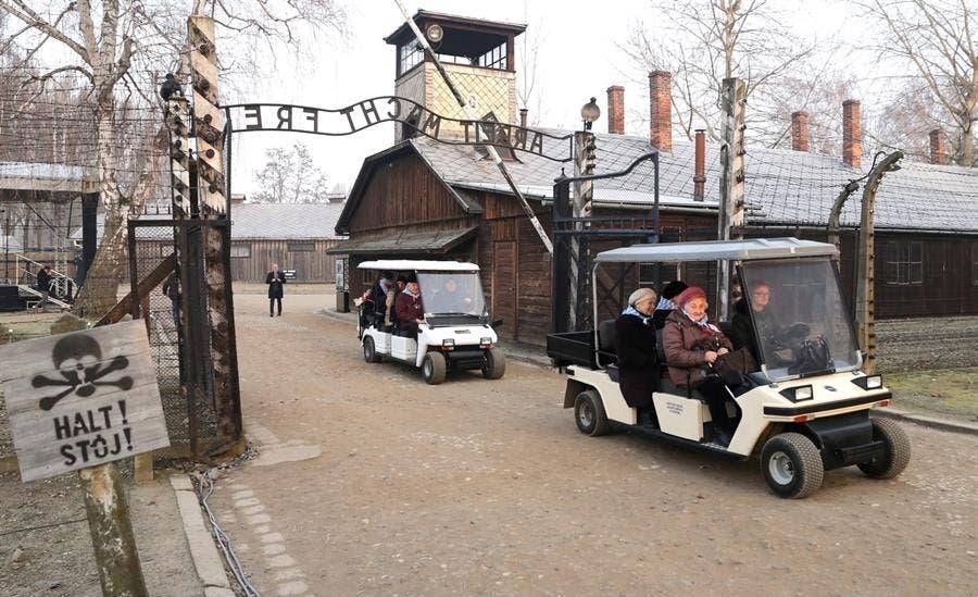 Oswiecim, Polonia, en la puerta principal de la entrada del campo de concentración de Auschwitz, ex prisioneros recorren el antiguo campo de exterminio nazi, durante las ceremonias del 75 aniversario de la liberación.