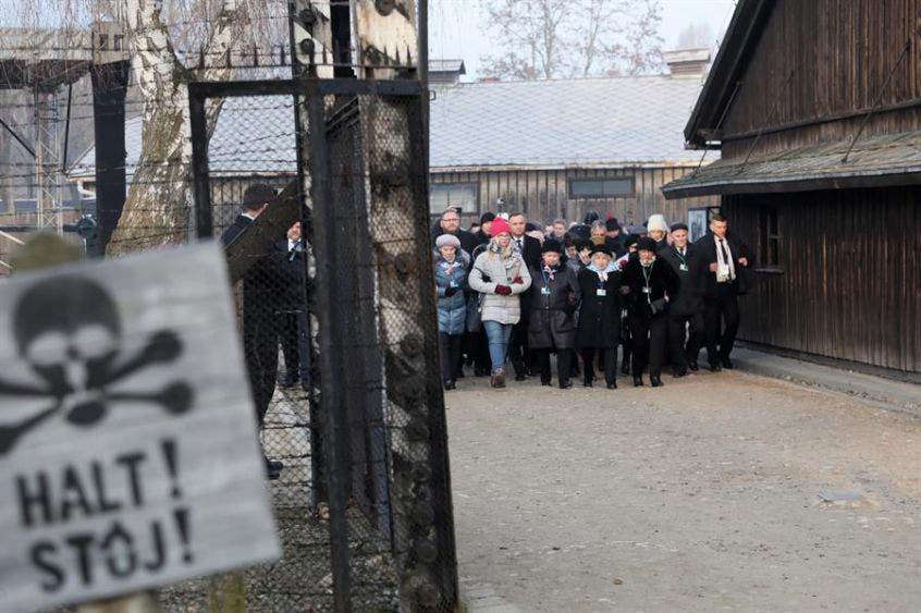 El presidente polaco Andrzej Duda (C-atrás) y el director del Museo Estatal Auschwitz-Birkenau Piotr Cywinski (Izq-atrás) asisten a una ceremonia de colocación de coronas frente al Muro de la Muerte durante las ceremonias que marcan el 75 aniversario de la liberación del Campo de concentración y exterminio nazi Auschwitz-Birkenau, en Oswiecim, Polonia.