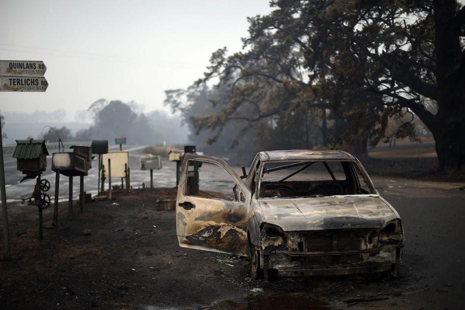 Un vehículo consumido por las llamas en una calle de Quinlans después de un incendio nocturno en Quaama en Nueva Gales del Sur, 6 de enero de 2020. Saeed Khan / AFP