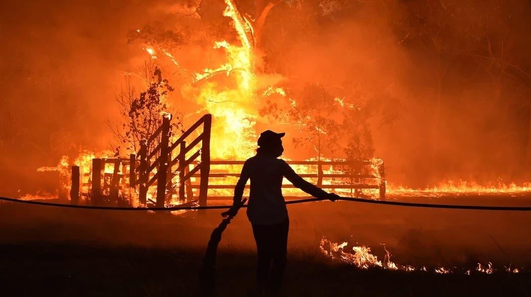 Residentes defienden una propiedad del fuego en Hillsville cerca de Taree, a 350 km del norte de Sídney, el 12 noviembre de 2019. Peter Parks / AFP