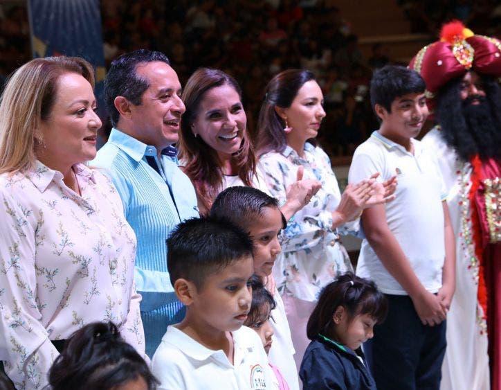 El de Cancún es el segundo festival de día de reyes al que acuden el gobernador Carlos Joaquin y su esposa.