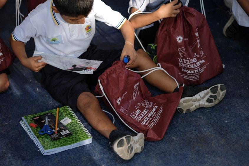 "Útiles escolares entregados: 438 escuelas beneficiadas con la entrega de útiles escolares, 128,000 útiles escolares fueron entregados con el programa ""Calidad Educativa e Impulso al Desarrollo Humano"""