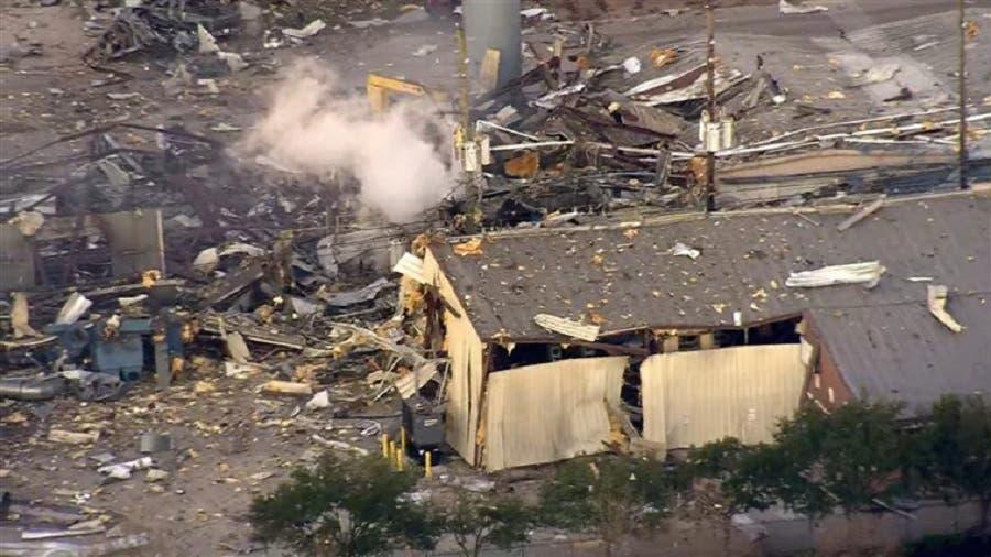 Explota planta industrial en Houston; deja dos muertos